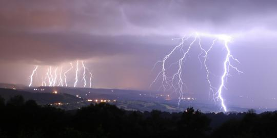 Bad-weather-accompanied-by-lightning-can-trigger-migraines